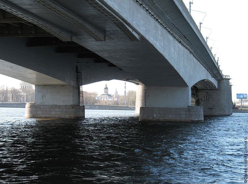 моста Александра Невского.